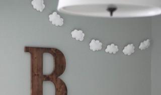 DIY: la guirlande de nuages qui décore la chambre de bébé