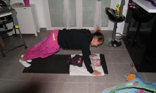 Gym après bébé: des exos faciles à faire sous l'œil de son baby coach
