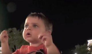 Des bébés voient un feu d'artifice pour la première fois et leurs réactions valent le détour