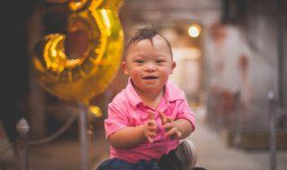 Après une opération du cœur, ce bébé adopté et né prématuré, fête avec joie ses 3 ans avec ses deux mamans !