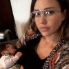 Jessica Alba montre qu'elle aussi se cache dans les lieux publics pour allaiter son fils