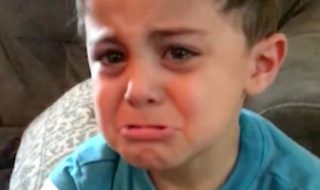 Quand ce petit garçon vient d'apprendre qu'il va avoir une petite sœur, eh bien il n'est pas content !