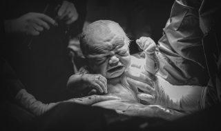 Cette photographe s'insurge contre la stigmatisation des naissances par césarienne