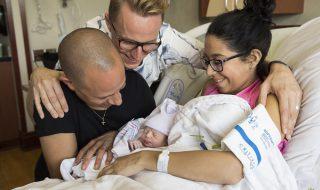 C'est avec émotion que ce couple gay assiste à l'accouchement de leur mère porteuse