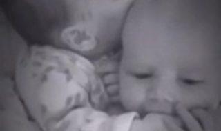 Ce bébé endort son frère jumeau d'une façon vraiment adorable !