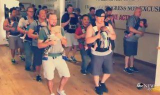 Découvrez la «kangagroove» la danse hyper fun pour papa et bébé !