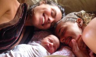 Bébé Lotus : quelle est donc cette nouvelle pratique après l'accouchement qui inquiète les médecins ?