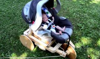 Papa fabrique une machine qui apaise bébé : sa réaction est inattendue…