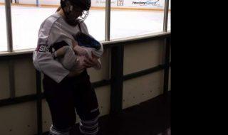 Allaiter son bébé après son entraînement de hockey, c'est la nouvelle routine de cette maman
