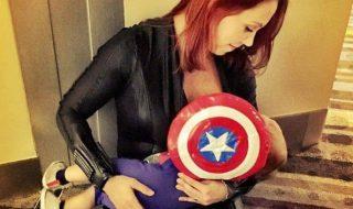 Pourquoi cette maman est-elle déguisée en super-héroïne pour allaiter son bébé ?