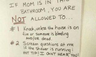 Pour être tranquille aux toilettes, pourquoi ne pas adopter les règles hilarantes imaginées par cette maman ?