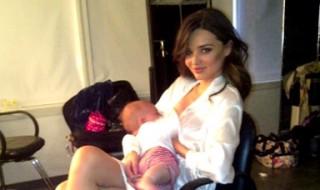 Miranda Kerr allaite son fils entre deux séances de photos