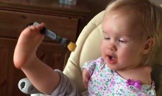 Née sans bras, cette petite Russe apprend à manger avec ses pieds