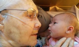 Première et magnifique rencontre entre un nouveau-né et sa grand-mère de 92 ans