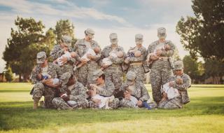 La photo qui fait le buzz : des femmes militaires en train d'allaiter