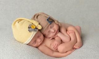 Un lien magnifique et si fort entre des jumelles illustré en photo