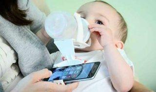 Nourrir bébé ou consulter son smartphone, ce papa ne veut plus choisir et partage son invention