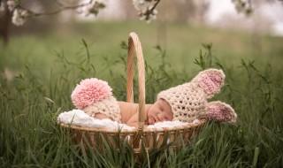 12 prénoms poétiques et printaniers pour bébé