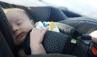 Peut-on installer un nourrisson seul à l'arrière de la voiture ?