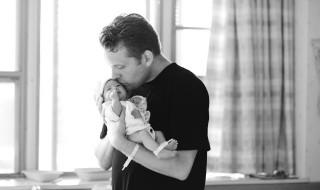 Quand papa porte son bébé pour la première fois