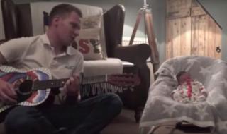 Quand papa chante une berceuse pour bébé, c'est trop touchant !