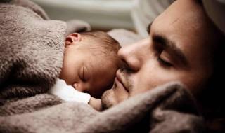 Papa et bébé, un tendre et magnifique moment
