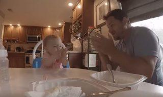 Grâce à son papa, ce bébé malentendant interprète à merveille une chanson en langage des signes !