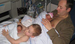 Le touchant peau à peau de ces jumeaux immortalisé avec leur grand frère et leur papa