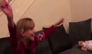 Vidéo : cette adorable fillette sourde a une réaction inattendue quand elle apprend qu'elle va devenir grande sœur !