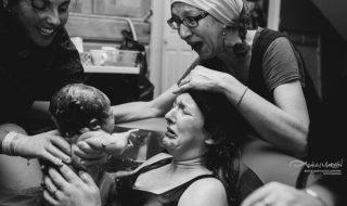 20 clichés qui mettent en avant la magnifique complicité entre une mère et sa fille lors d'un accouchement