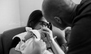 Une photographe immortalise l'émouvante première rencontre d'un bébé atteint de trisomie 21 avec sa famille adoptive