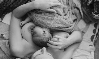 Une maman a une émouvante surprise en découvrant ses photos de naissance