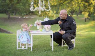 Pourquoi ce policier participe-t-il au premier anniversaire de ce bébé ?