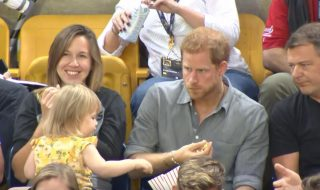 Une adorable voleuse de 2 ans pique les pop corn du Prince Harry !