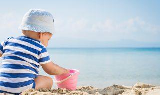 Soleil, chlore, sable : comment protéger la peau de bébé pendant l'été ?
