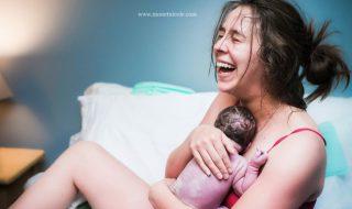 26 clichés qui capturent avec intensité cet instant si précieux : la première rencontre entre une mère et son enfant