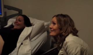 Sa sœur attend des jumeaux et sa réaction est incroyable !