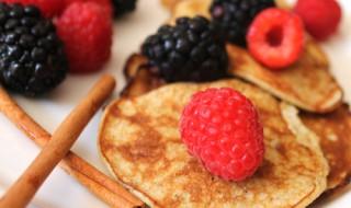 Mini pancakes aux fruits rouges pour bébé gourmand