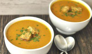 Soupe de légumes colorés pour un délicieux repas équilibré