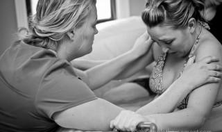 Journée de la sage-femme : une photographe leur rend hommage