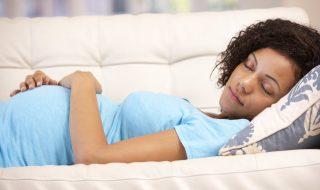 Se coucher sur le dos pendant la grossesse augmenterait-il le risque d'avoir un bébé mort-né ?