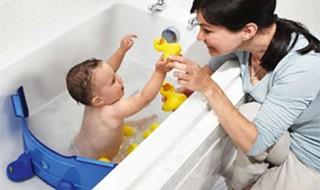 Un séparateur de bain pour faire des économies tout en donnant le bain à bébé ?
