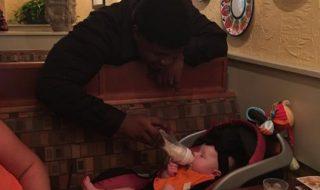 Bravo au bel élan de solidarité de ce serveur pour aider une maman à manger tranquillement !