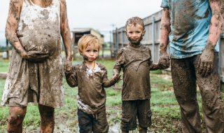Place au shooting photo de grossesse qui se transforme en une véritable bataille de boue familiale et joyeuse !