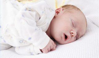 Savez-vous pourquoi bébé a des spasmes quand il dort ?