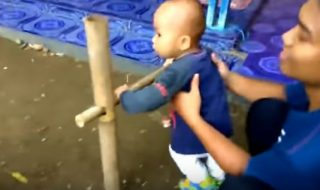 En Indonésie, les parents ont une drôle de manière pour apprendre à leurs enfants à marcher…