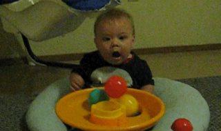 La tête de bébé quand il découvre que les balles, ça vole !