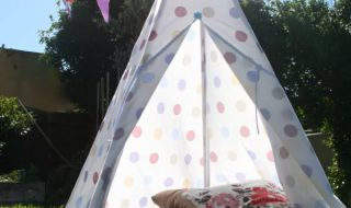 Fabriquer un tipi pour camper avec les enfants dans le jardin