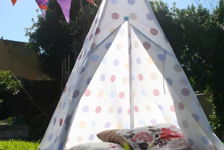 fabriquer un tipi pour camper avec les enfants dans le jardin. Black Bedroom Furniture Sets. Home Design Ideas