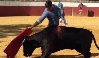 Au coeur de l'arène avec son bébé de 5 mois, un torero crée la polémique
